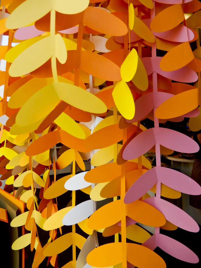 wonderland-fabriano-vetrine-scultura-carta-foglie