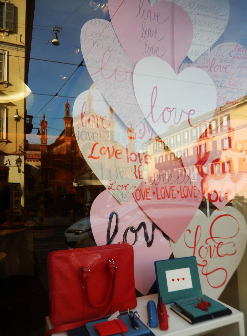san-valentino-fabriano-wonderland-milano-vetrina-carta-ritagliata