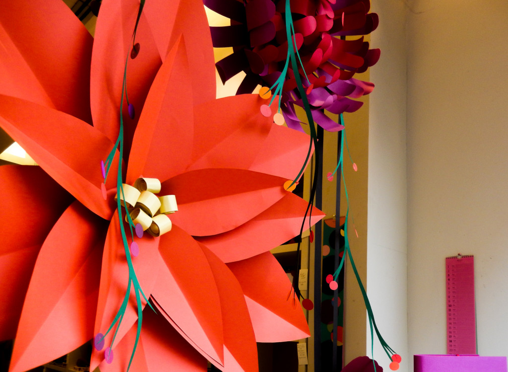 fiori-carte-sculture-vetrine-fabriano-wonderland-3
